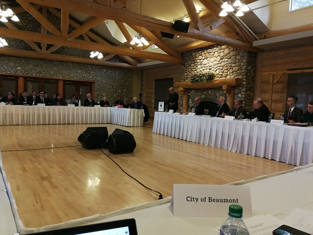 Day two of Mid-Sized Cities Mayor's Caucus.  Stephen Mandel is the first of the four party leaders speaking to the Mayor's today. #ABMidSizedCities #abpoli #ABmuni .@T4XMayorStewart @T4XBeaumont