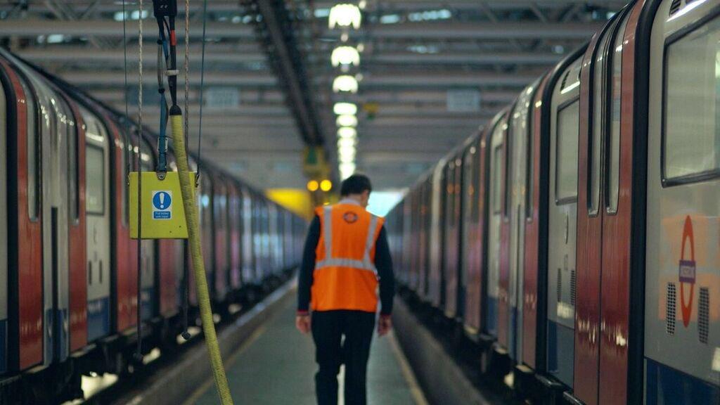 DyQO53BXgAI3k2D - The Victoria Line's really big 50th birthday! #2
