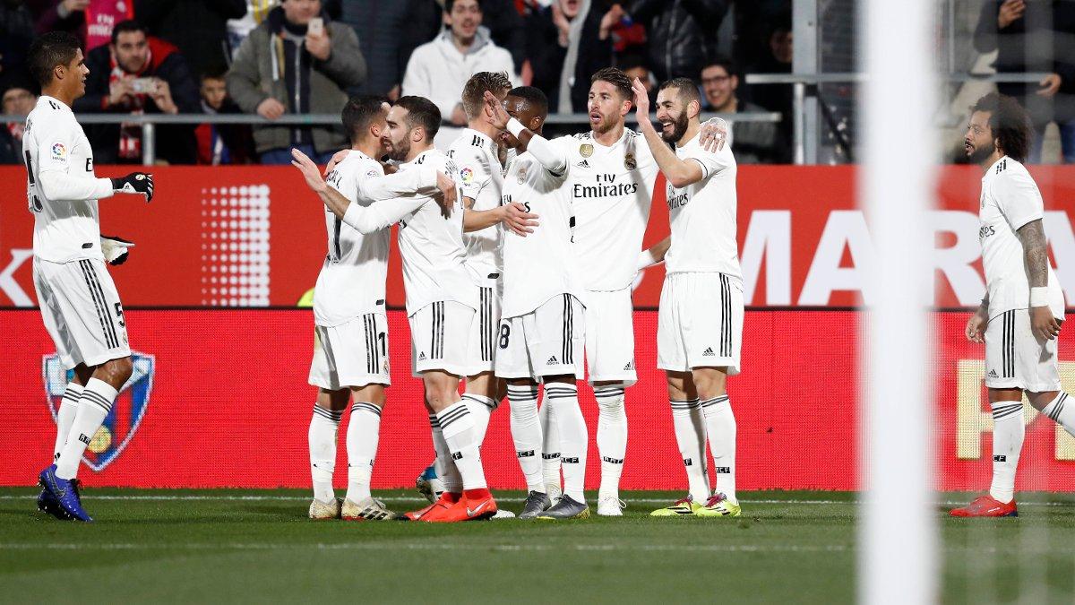 Para pemain Real Madrid merayakan kemenangan.