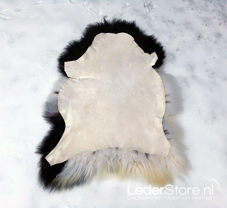 ❗ Schapenvacht onderhoudstip ❗ Schapenvacht toe aan een opfrisbeurt? Leg je #schapenvacht met de wolzijde in een pak verse #sneeuw. Uurtje laten liggen en dan afkloppen, rustig laten drogen (niet direct bij een warmtebron) Je schapenvacht is na de behandeling weer lekker fris😄