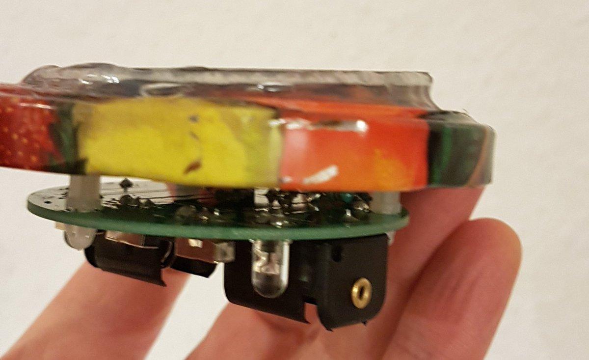Blechdeckel mit Solarzelle oben und Platine mit Batteriefach ind LEDs unterhalb.