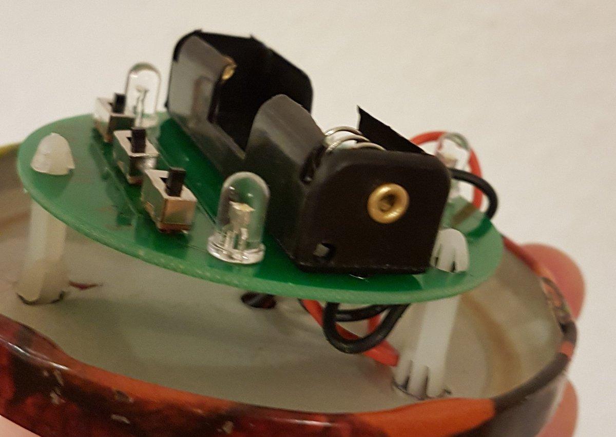 Platine mit Batteriehalter, drei Microschaltern und 3 LEDs an eine Blechglasdeckel befestigt.