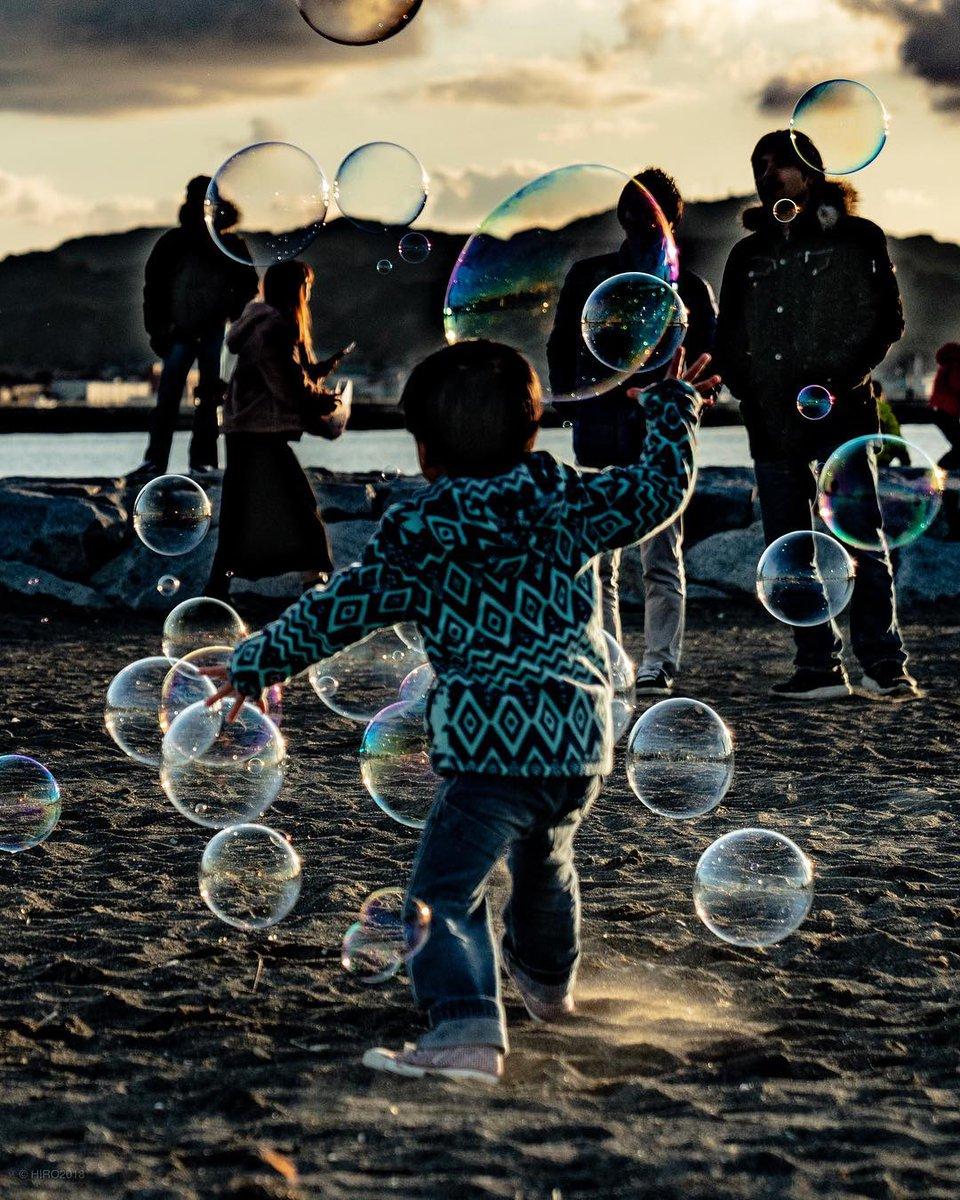 あいにくの曇り空だけど  15時00分から光市虹ヶ浜で  シャボン玉飛ばして  遊んでいるよー。  わーわーわー‼️  #シャボン玉おじさん #虹ヶ浜 https://t.co/P1e8olXVyG