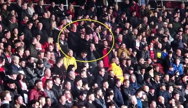 Полиция задержала двух болельщиков Саутгемптона, которые глумились над смертью Сала во время матча с Кардиффом - изображение 1