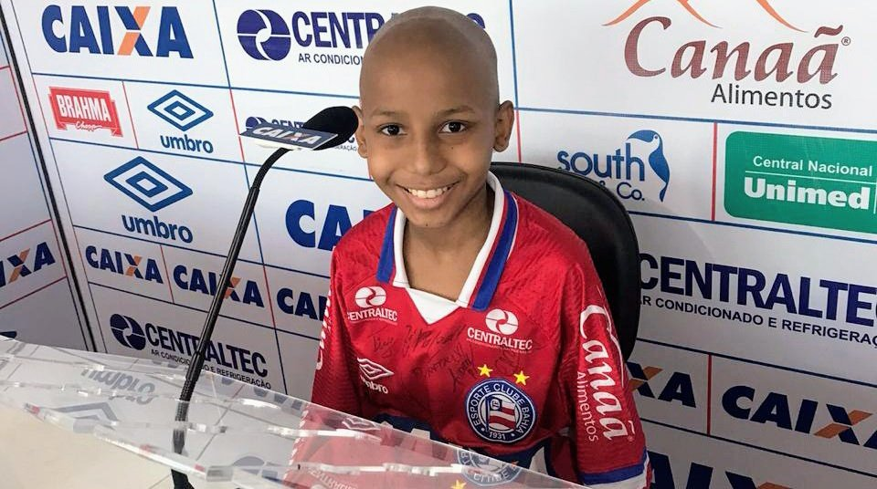 Descanse em paz, guerreirinho.  Nossas condolências à família do garoto Filipe Damasceno, de Simões Filho, apaixonado pelo Bahia, que travava luta contra o câncer desde o ano passado, quando visitou o Fazendão.