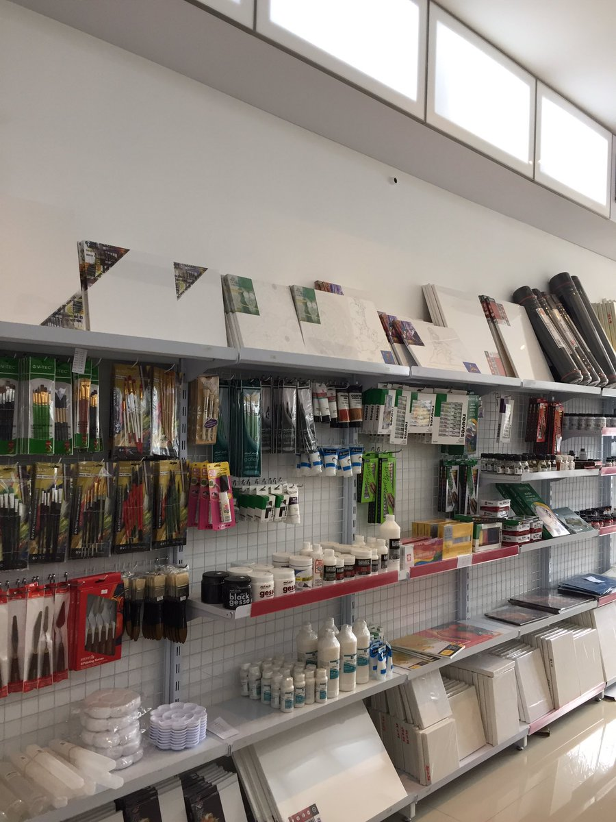 Yang di Bandung, kalo mau belanja alat gambar dan lukis aku rekomendasikan toko Graha Lukis di Jl. Pajajaran. Lengkap banget ku cinta. 💖
