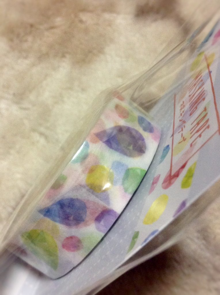 test ツイッターメディア - この発見から10日、本日 #セリア で更に新しい宝石マステを見つけたよ!ε٩(๑>▽<)۶з 前回の3種は鉱物図鑑!って絵柄で箔押しがカッコ美しい♡て感じだったけど、今度の子は水彩モチーフシリーズのカラフルで可愛い宝石ルース柄で、箔押しは無い分お得感溢れる全長6m!  普段使いにはコレだね♡ https://t.co/9amUnk8suI
