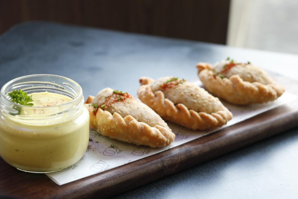¡Estas empanadas de lomo son uno de nuestros piqueos más populares! 😍 #courtyardmiraflores #empanas #foodie #foodies
