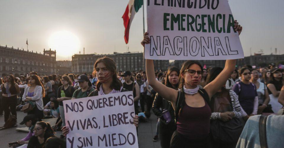 Mujeres marcharon esta tarde en la #CDMX contra violencia, intentos de secuestro en el @MetroCDMX y feminicidios.  #VivasNosQueremos  👉 https://bit.ly/2UD7wlb
