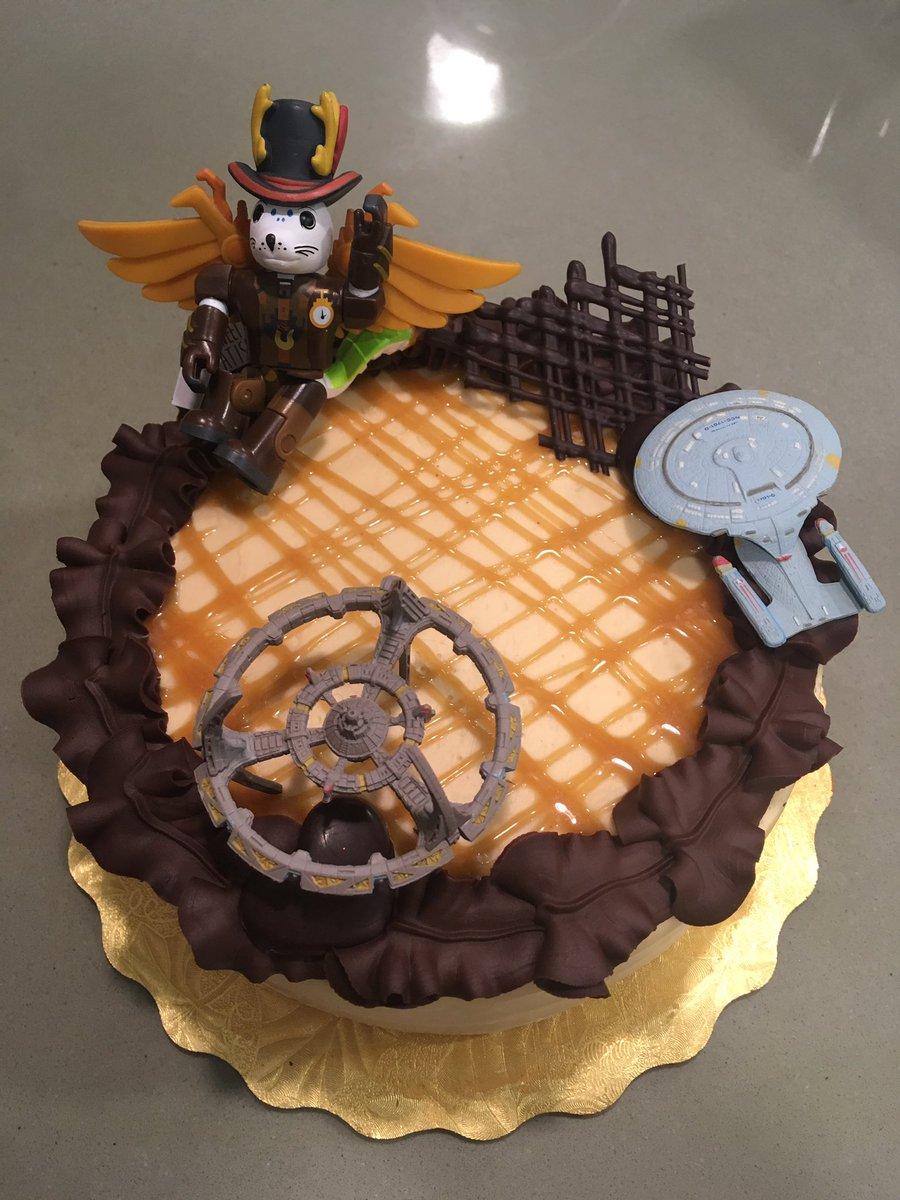 #Cake 🍰 Awesome of the Day: #Steampunk ⚙️ Salted Caramel Chocolate #Birthdaycake 🎂 #Weddingcake 💍 with #StarTrek #USSEnterprise Starship via @Ryffnah #SamaCake