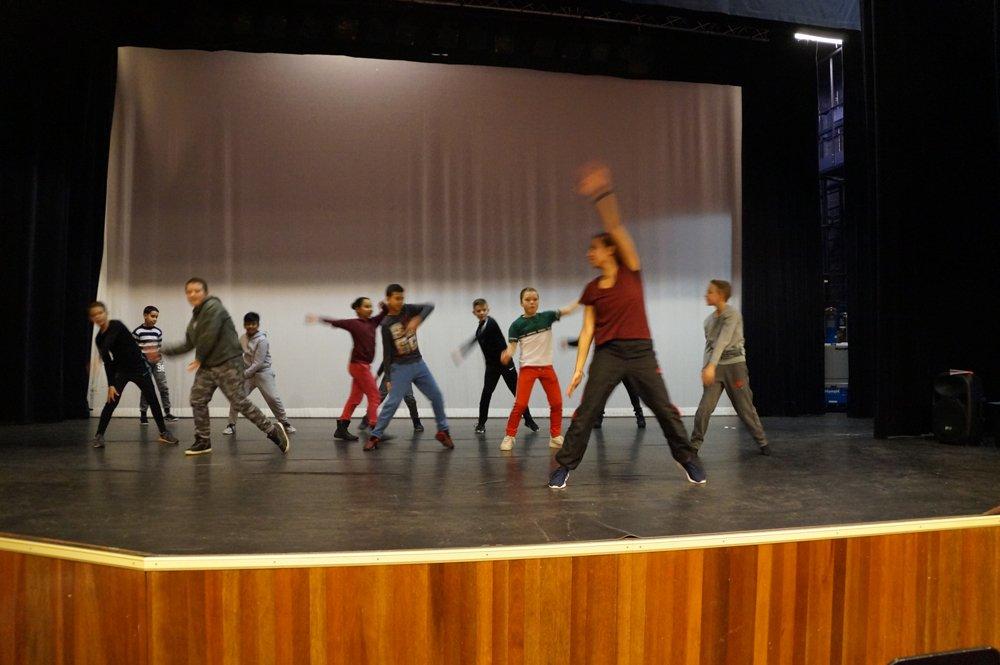 test Twitter Media - Vandaag deed de bovenbouw @Walsprong mee aan een project vd culturele commissie Zaltbommel-stad in @poorterij. 3 verschillende workshops: dans, decor en kostuum. Vanmorgen voorbereiden en oefenen, vanmiddag optreden. Geslaagd! Dank aan de organisatoren! https://t.co/1Db55xgGDv https://t.co/JUStfy51bW