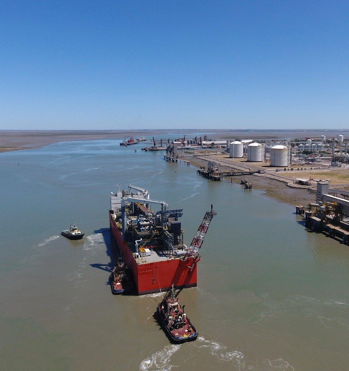 Ingreso a @cgpbb1993 de barcaza de @YPFoficial que va a convertir en gas natural licuado el producto de Vaca Muerta. 1er proyecto flotante de exportación de GNL en América Latina. La unidad tiene 144 m de eslora, 32 de manga y capacidad de almacenamiento de 16.100 m³ de GNL.