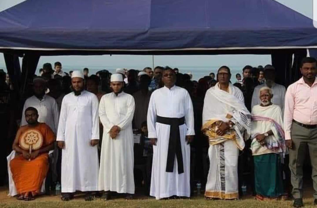 I don't understand this pic.. this was taken when #SriLanka71 nation anthem was sining 😥😥😥 #lka #SriLanka #typicalSL can anyone explain? @HarshadeSilvaMP @officialunp @RW_UNP @RajapaksaNamal