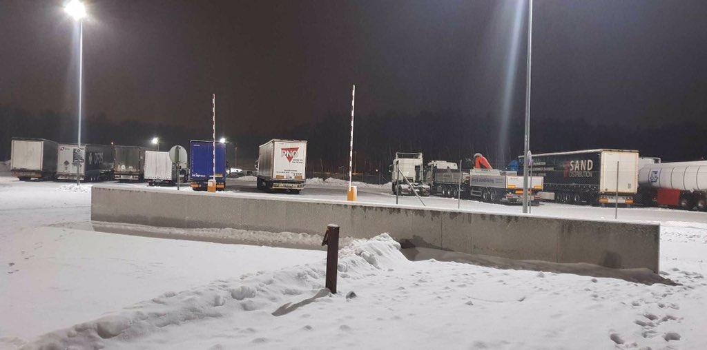 15 av 15 kjøretøy som har stoppet for #kontroll på #Svinesund i kveld har fått kjøreforbud. Årsak: utslitte dekk, ikke kjetting og dekk ikke egnet for kjøring på snø og islagt vei. Vi forsetter kontrollen ut over kvelden.