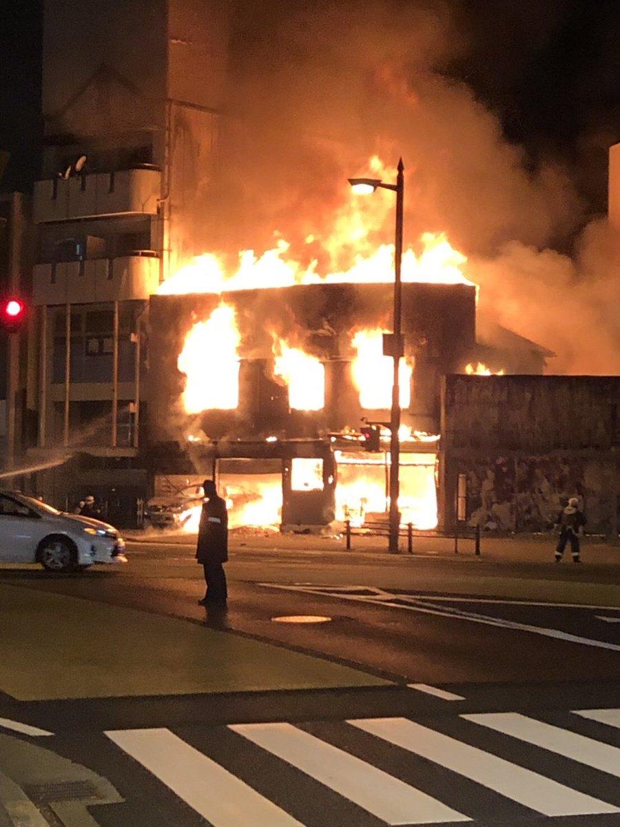 和歌山市西布経丁で大きな火事が起きている現場画像