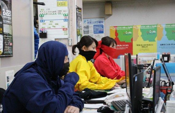 青森県むつ市役所のマスクなし対応が話題になっていますが、ここで滋賀県甲賀市役所の2月22日の勤務姿を見てみませう(´・ω・`)
