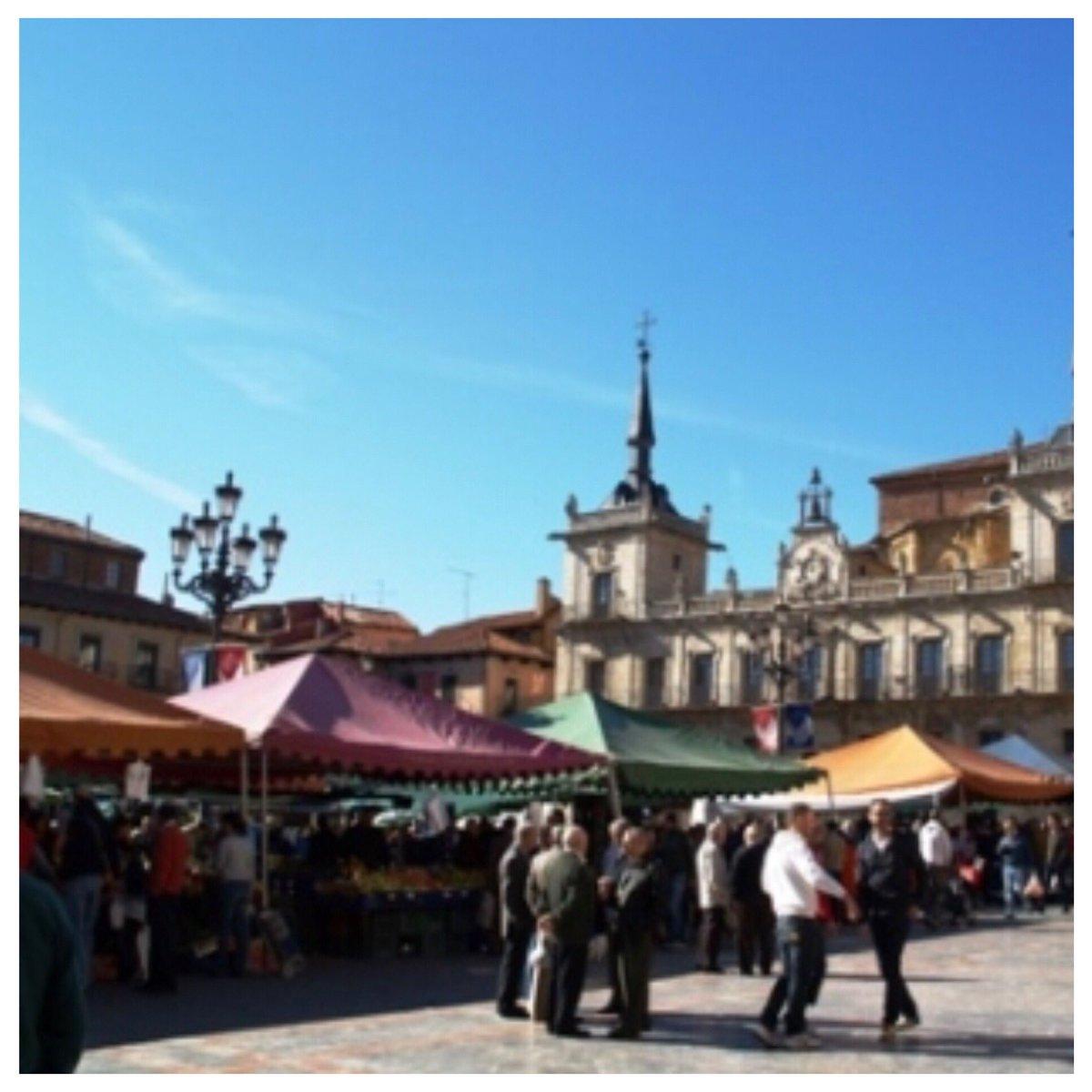 Hoy #mercadillo 🧶🥒🍊🍏🧦🥾👖 #LeonEsp en la Plaza Mayor #tradicion con #encanto Si acudes a comprar 👀 con los #AmigosDeLoAjeno y si tienes/observas alguna incidencia nuestros 👮🏻♀️👮🏻♂️están por la zona,  cerca de ti   📞 092 / 112  #PoliciaLocalCercaDeTi