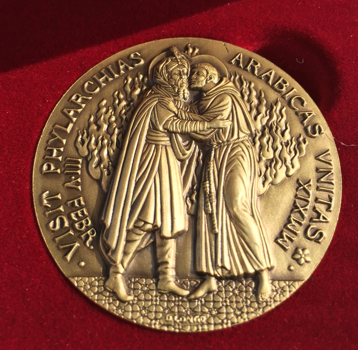 The medal commemorating #PopeFrancisInUAE depicts St. Francis of Assisi meeting Sultan al-Malik al-Kamil 800 years ago. Today the pope said he thought providence wanted a pope named Francis to make the historic visit to Abu Dhabi. @ofmdotorg @ofmcapdotorg<br>http://pic.twitter.com/J4wvUbfOoJ