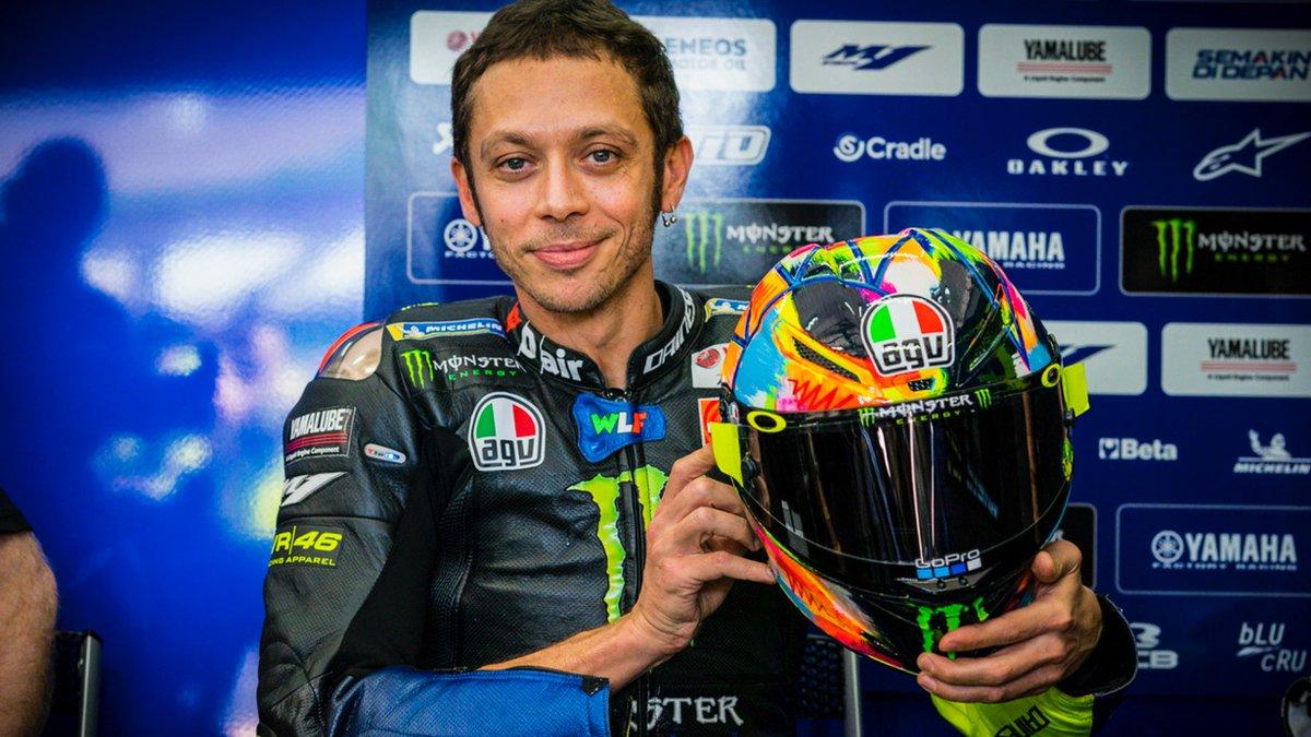 Rossi menunjukkan helm baru yang dipakai saat tes pramusim di Sirkuit Sepang, Malaysia.
