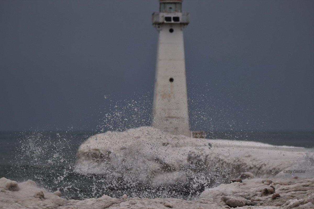 Splash along Lake Ontario (photo)