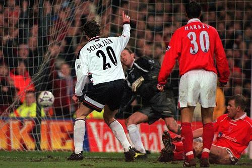 This Day In 1999, Solskjaer became the 1st Player in Premier league history to score 4 goals as a 2nd half substitute  He came on in the 71st minute & scored the 4 goals in the last 12 minutes of the game!  #MUFC #OneTeam #ValentinesDay #FlowersOfManchester #FACup #ElClasico #