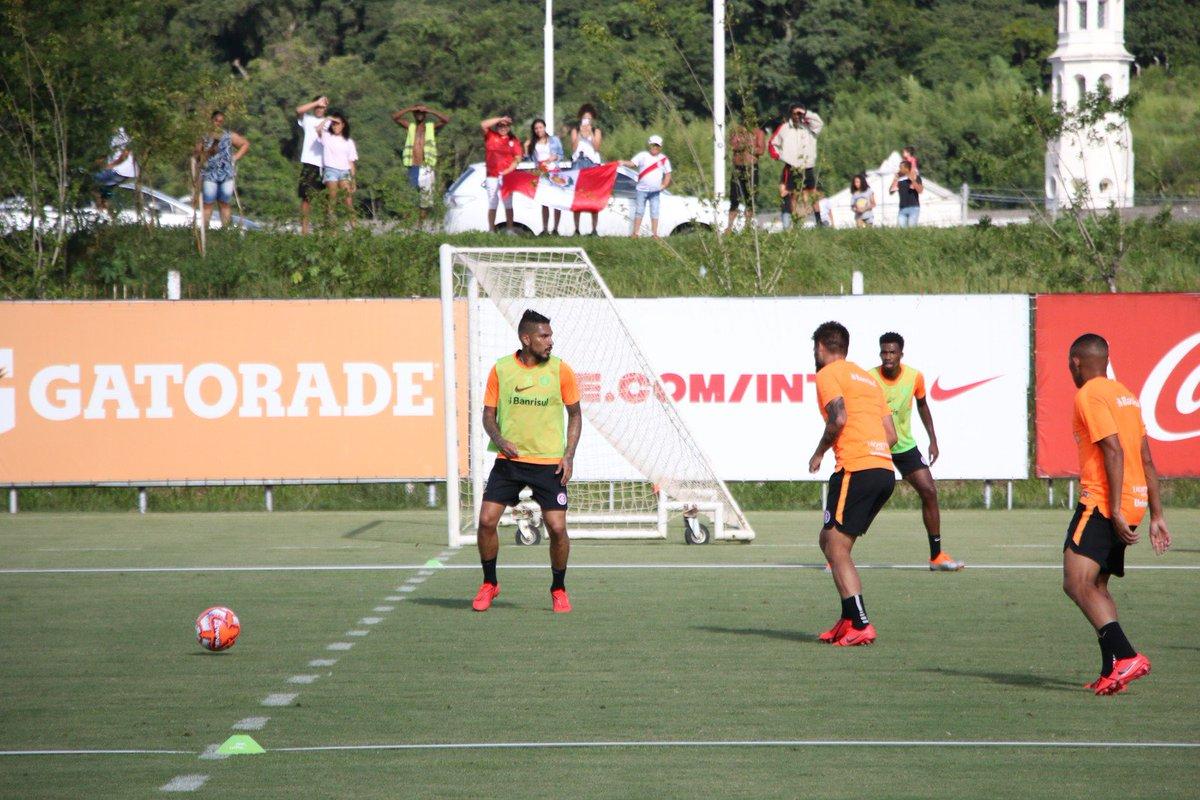 5428726c83eca Guerrero marca em 1º treino com bola pelo Inter e ganha torcida até de  peruanos