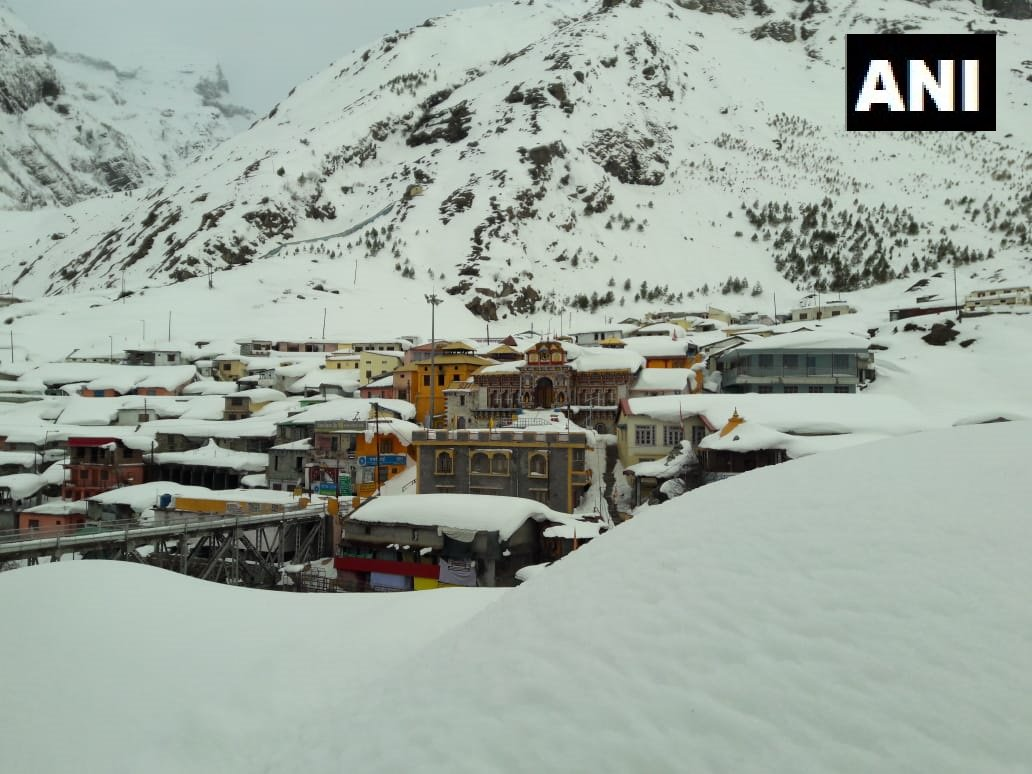 Earlier visuals: Badrinath in Chamoli district covered in a thick blanket of snow. #Uttarakhand