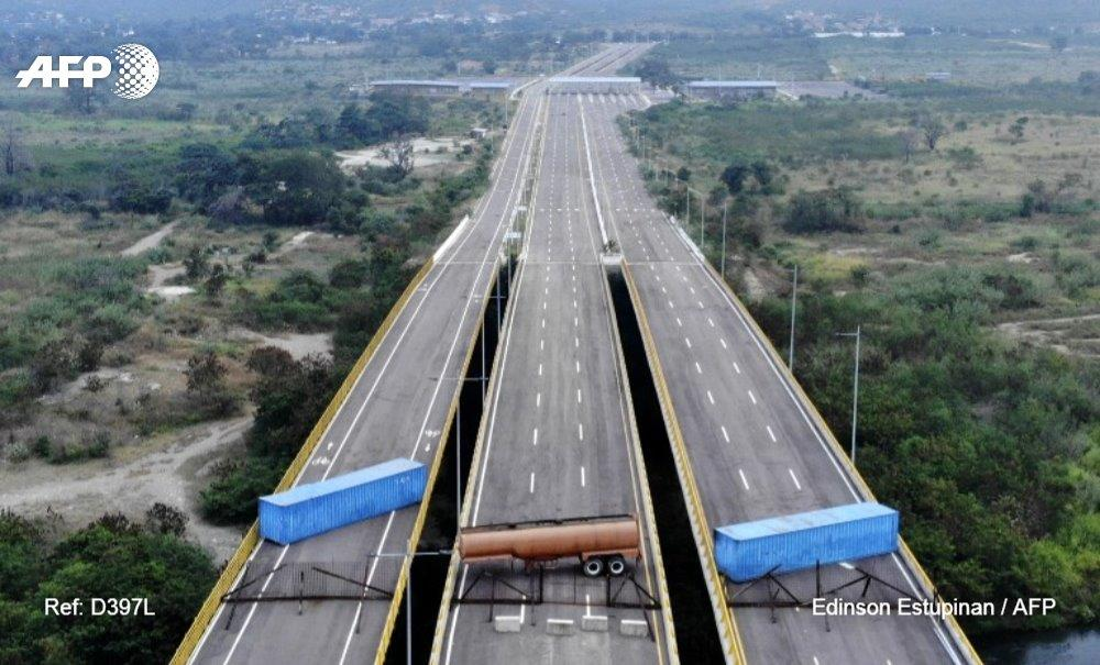 #Venezuela #ColombiaVenezuelan military officers blocked a bridge on the border with Colombia ahead of an anticipated humanitarian aid shipment, as opposition leader Juan Guaido stepped up his challenge to President Nicolas Maduro's authority.  b#AFPphotoy Edinson Estupinan