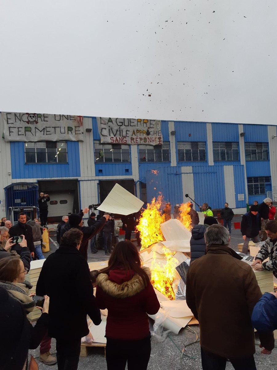 """""""J'ai la rage. J'ai envie de me foutre en l'air"""".  La détresse de Stéphane, l'un des 240 salariés de l'usine Arjowiggins à Jouy-sur-Morin en Seine-et-Marne qui ont brûlé des billets de banque aujourd'hui pour exprimer leur colère. À réécouter dans le journal de 18 h @franceinter"""