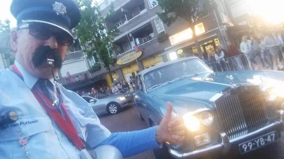 """""""Meer Blauw op Straat"""".... Fijn dat men daar ook met de kleur auto rekening mee houdt. (#RollsRoyce) Tijdens het #GALA van het #StJoris Vrijdag 24 mei 2019 is #Politieagent #SjefVanPuffelen wederom van de partij."""