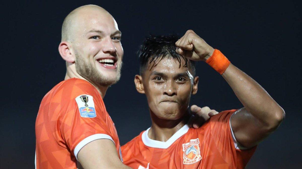 "🗣️ ""Senang dengan hasil ini, para pemain bermain seperti yang mereka lakukan saat berlatih, dan mereka mampu menerapkan dengan baik saat pertandingan,"" -  Fabio Lopez, Pelatih Kepala Borneo FC  Selengkapnya, Baca Disini 📙👇 http://borneofc.id/news.php?id=2710…  Manyala 🔥🔥🔥"