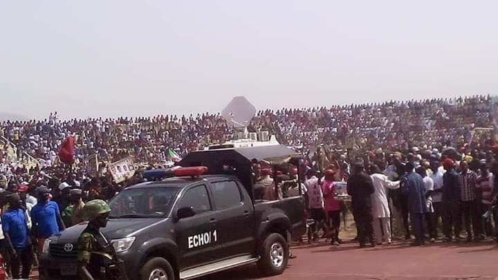 Dyy8e3XWoAAJXSY - #PMBInTaraba#'I Can't Believe What Am seen.. Are These People All Human Being' – Nigerians Reacts To The Teeming Crowd That Greeted Buhari's Rally