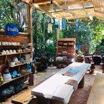 Image for the Tweet beginning: บ้านมัดใจ homemade&cafe เป็นร้านกาแฟเล็กๆสร้างด้วยไม้สักและใช้สีนำ้เงินของหม้อห้อมตัดและตกแต่งอย่างลงตัว ในร้านยังมีโรงย้อมหม้อห้อม การเพ้นสีจากเครื่องปั้นดินเผา
