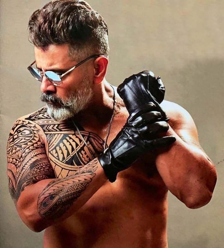 Age is just a a number for #ChiyaanVikram #KadaramKondan   Electrifying look 🔥