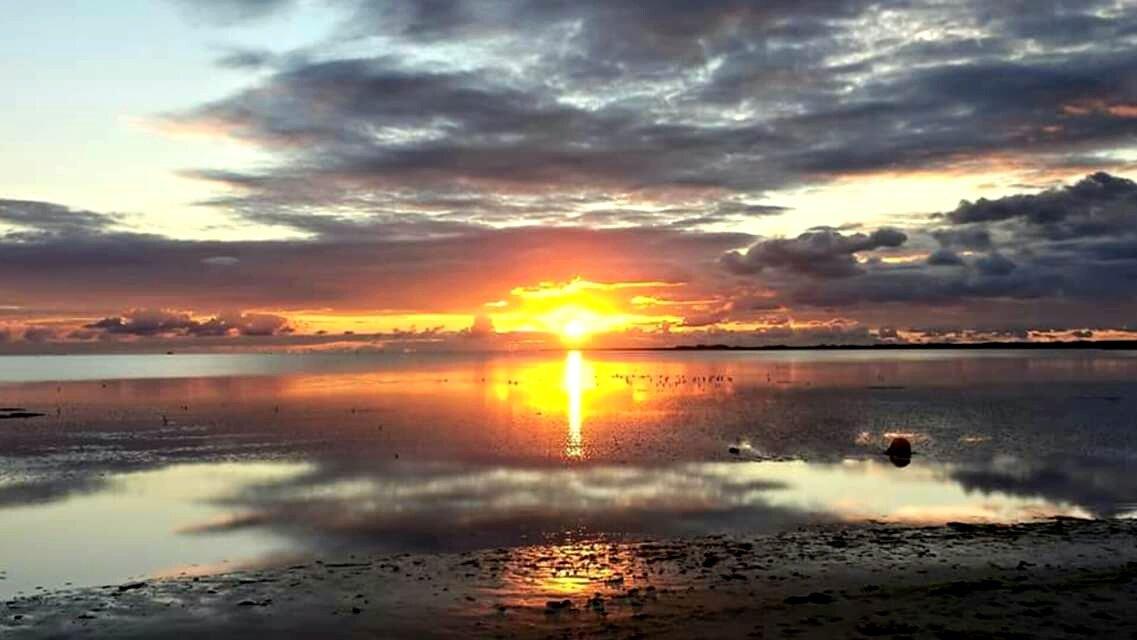 448bafc5d52 Uitzicht over het drooggevallen wad. #Ameland #zonsondergang  #archiefpic.twitter.com/yYyWTyJOOr