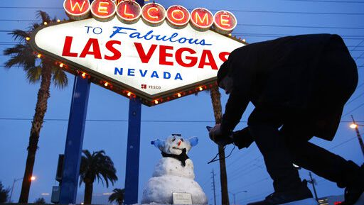 Winter in Las Vegas? Rare weather brings snow angels, snowball fights https://t.co/vcV9QGwfty