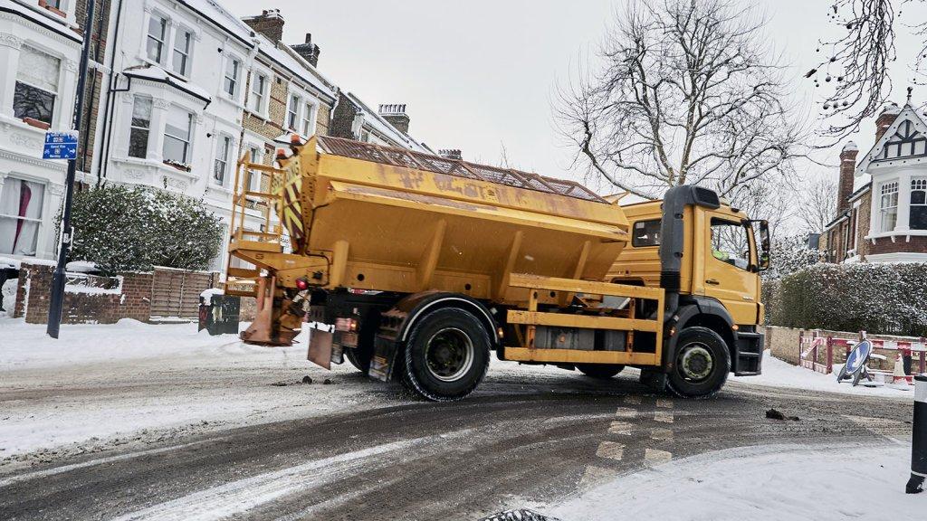 Why is salt used to melt ice on the roads in winter? https://trib.al/ERRGadu