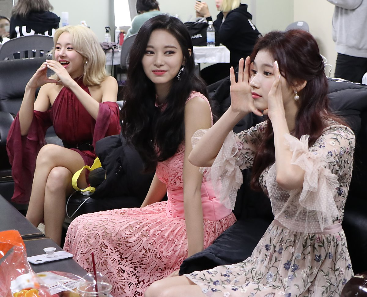 Momo's random apple during Gaon Awards was actually a game punishment  TWICE was coming up with ideas for what pose she should do and eventually decided on bringing an apple to the red carpet... LOL <br>http://pic.twitter.com/ANP3ROsqiU