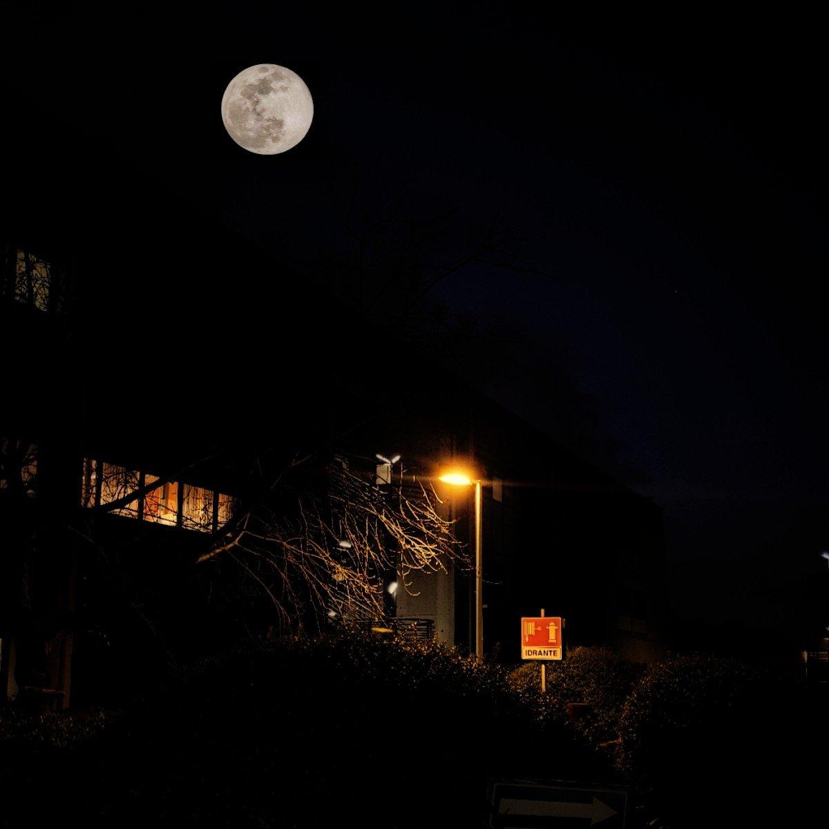 La luna veglia sul Centro Rai  #Rai #SaxaRubra #moon