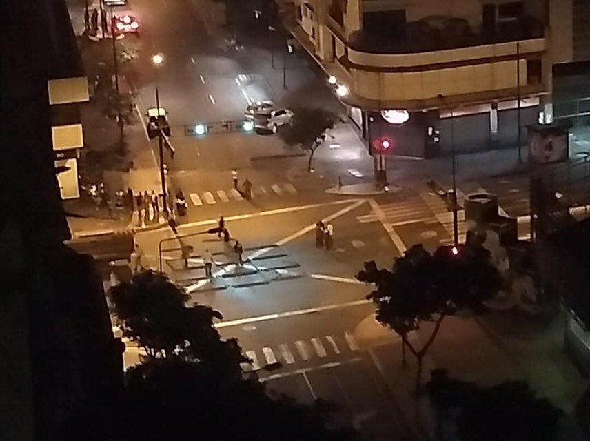 Oficialistas instalan tarima en la calle Elice, lugar en el que los transportistas habían anunciado una protesta el día de mañana.