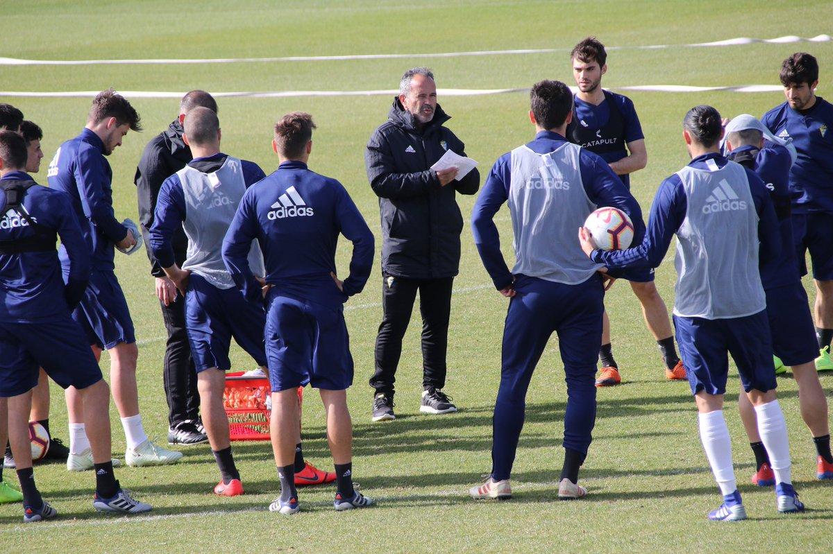 Cervera habla con sus jugadores en el entrenamiento del Cádiz en El Rosal (Foto: CCF).
