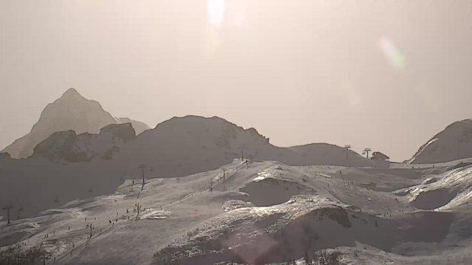 Presencia de  #calima en el Pirineo Occidental, presencia de partículas de polvo en suspensión que le dan al cielo un aspecto amarillento. Webcams de Formigal y Gourette via @infonieve .