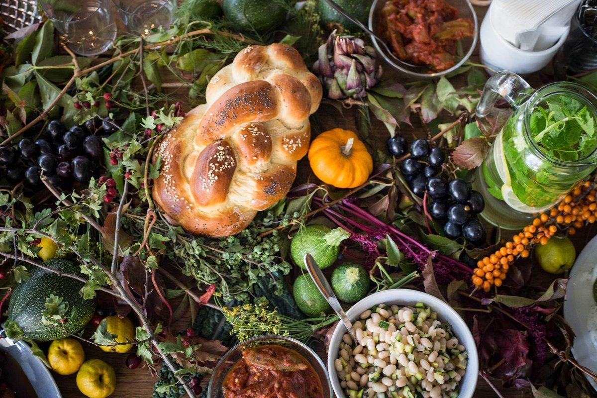 Podczas pierwszej edycji TISZ Festiwalu Sabina Francuz była jedną z 5 szefów kuchni, przygotowujścych kolację szabatową w holu #MuzeumPOLIN. Wtedy uczestniczyło w niej 100 osób, w najbliższy piątek - tylko 12. Ostatnie miejsca przy stole czekają na Was 👉 http://bit.ly/szabat-sabina