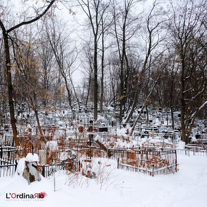 #luoghi  Un cimitero ortodosso semi abbandonato a Mosca, si trova incastrato tra l'autostrada e un centro commerciale. Piccoli angoli nascosti completamente disconnessi dalla città circostante. #lordinariomagazine #notiziefuoriluogo #intrasferta   — L'O…