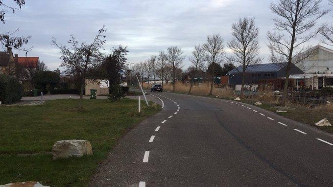In de Bospolder Honselersdijk is deze lantaarnpaal vanmorgen vroeg gestrekt gegaan na een aanrijding. https://t.co/QzhGEzOIhl