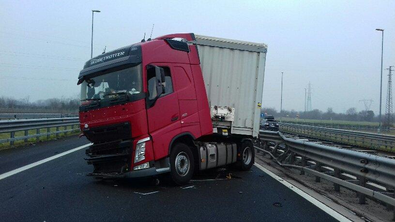 Camion sbatte contro il guardrail in #A4: code di ...