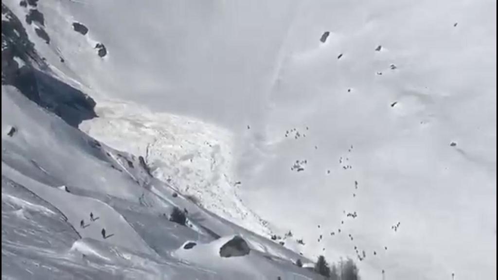 Svizzera, la lunga scia della valanga a Crans Mont...