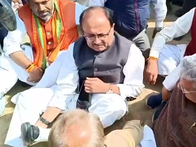 WATCH | BJP leaders asked to remove shoes by soldier's angry relatives  Read here: https://t.co/LSrLVHJa9q https://t.co/jLfkptH811
