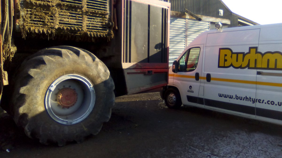 1050 section @MichelinAgriUK being removed and refitted for a cracked wheel replacement on the #Beetharvester #Bushmobile #exelagri