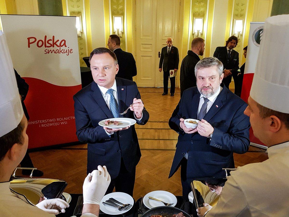 Prezydent Andrzej Duda i minister rolnictwa, Jan Krzysztof Ardanowski, degustują wołowinę, by pokazać, że - pomimo afery z nielegalnym ubojem krów - mięso jest zdrowe i smaczne. Politycy inaugurują Porozumienie Rolnicze @TOKFM_NEWS